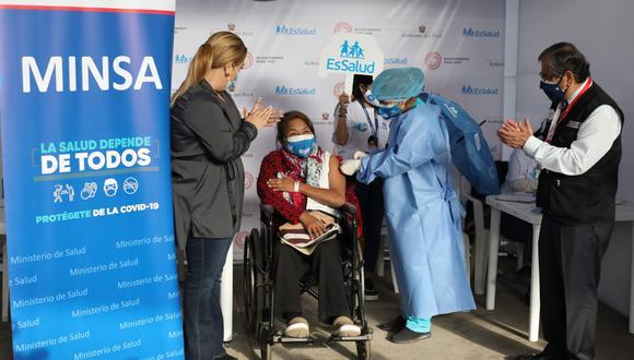 El 12 de mayo inició el proceso de vacunación contra el COVID-19 de personas que requieren hemodiálisis en el Perú, quienes conforman el segundo grupo con comorbilidades priorizado por el Ministerio de Salud (Minsa). A estos pacientes se les aplicará la primera dosis de vacuna en los mismos centros de salud donde llevan sus tratamientos y en el horario programado. (Foto: Britanie Arroyo / @photo.gec)