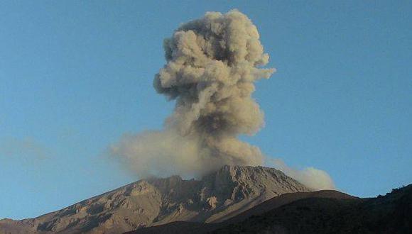 Volcán Ubinas tuvo dos explosiones más esta mañana