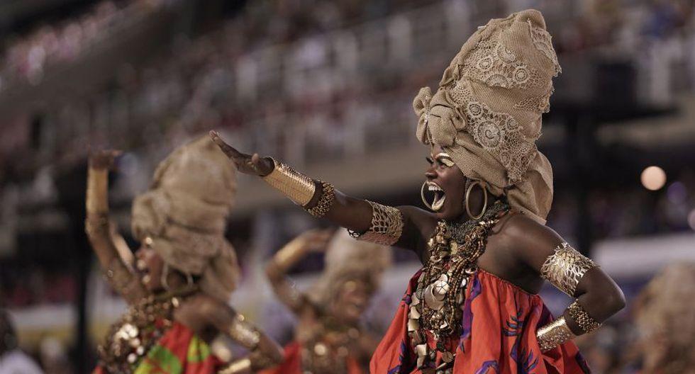 Los juerguistas de la escuela de samba Viradouro se presentan durante la primera noche del desfile de carnaval en el Sambódromo de Río de Janeiro, Brasil, el 23 de febrero. (Foto: AP).