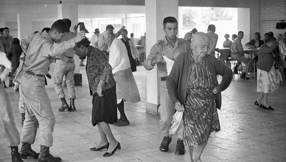 Lima, 5 de mayo de 1977.   Celebración del Día de la Madre con un grupo de encantadoras mujeres de la tercera edad en un albergue limeño. Ellas, todas madres, bailaban una majestuosa marinera con miembros de la Guardia Civil.  (Foto: Jorge Chávez / GEC Archivo Histórico)
