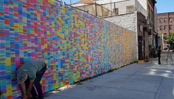 La idea original no era levantar un muro multicolor de mentiras, sino organizar una maratón en su estación de radio y dedicar toda una semana antes de las elecciones, única y exclusivamente a leer uno a uno los más de 20.000 bulos recolectados. (Foto: EFE/Jorge Fuentelsaz)
