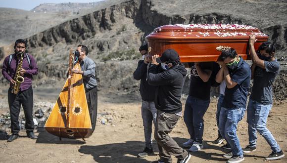 El 67% de peruanos conoció a una víctima de COVID-19. (Foto: ERNESTO BENAVIDES / AFP).