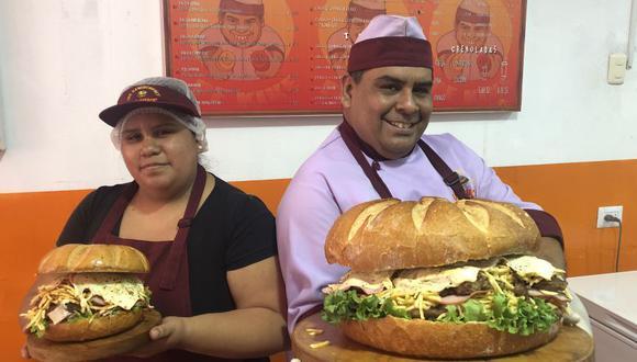 Claudia y su padre Kike Peña nos muestran dos de las hamburguesas más grandes que preparan en el local del Cercado de Lima.