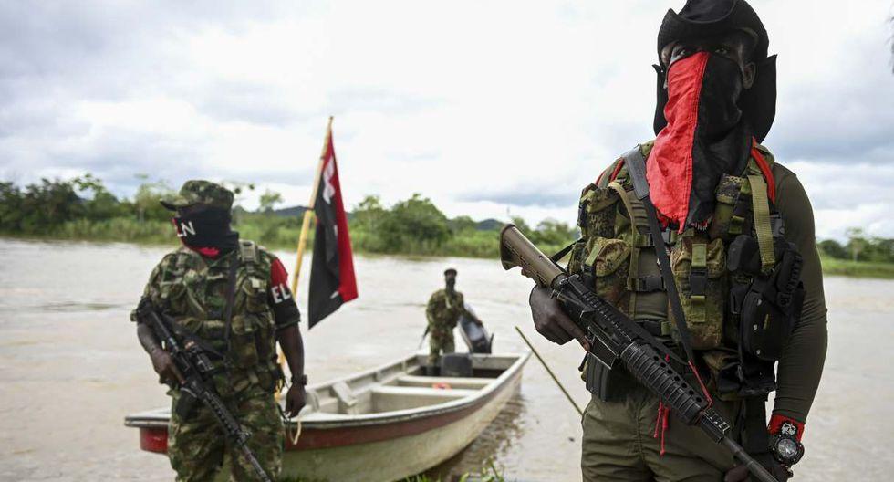 Guerrilleros del ELN patrullan el río en la jungla del Chocó. (Foto: AFP)