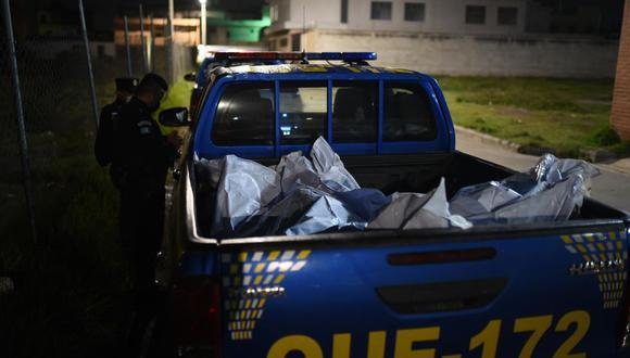 Fotografía de los cuerpos de los 7 reos asesinados este miércoles en una cárcel en el oeste de Guatemala. (EFE/Edwin Bercián).