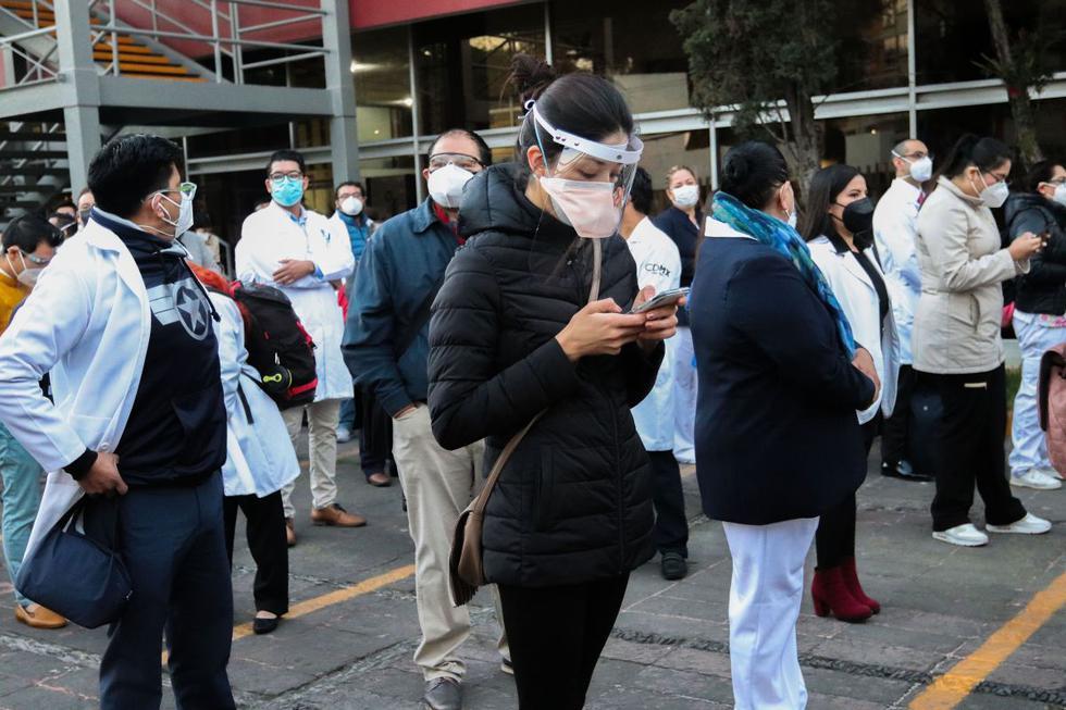 Personal médico hace fila para ser vacunado contra el COVID-19 en el Hospital General, en Ciudad de México. (EFE/José Pazos).