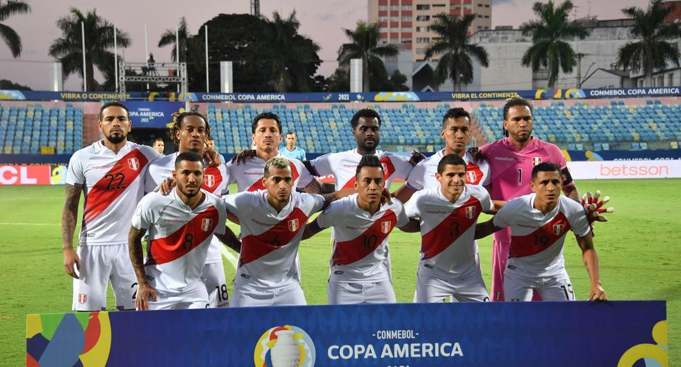 Los jugadores de Perú posan para una foto antes del inicio del partido de la fase de grupos de la Conmebol Copa América 2021 contra Ecuador. (Photo by NELSON ALMEIDA / AFP)