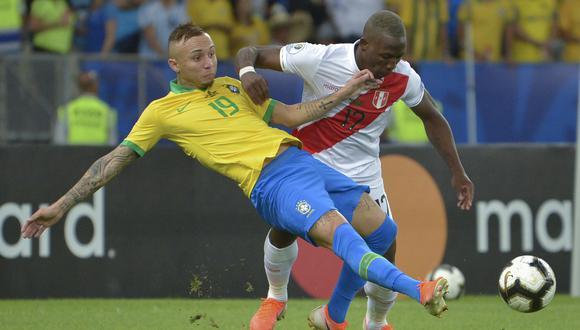 Luis Advíncula siempre recuerda al brasileño Everton como el atacante más complicado al que le ha tocado marcar en su carrera. (Foto: RAUL ARBOLEDA / AFP)