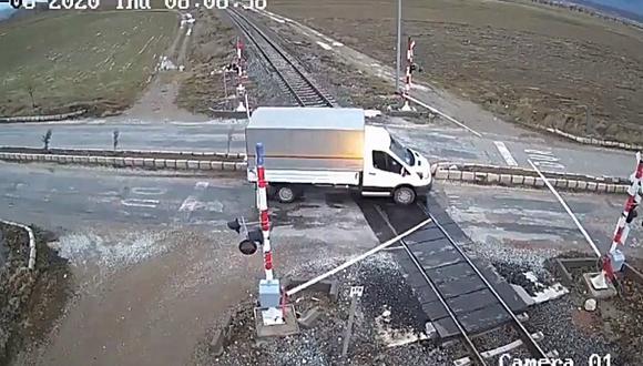 Un tren de carga embistió brutalmente a un camión que pretendía cruzar la vía ferroviaria cuando el semáforo estaba en rojo. (Foto: Captura)
