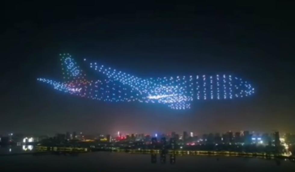 Al menos 800 drones sobrevolaron la ciudad china de Nanchang para componer en el aire figuras tridimensionales de aviones, helicópteros y otras aeronaves. (Foto: Captura)