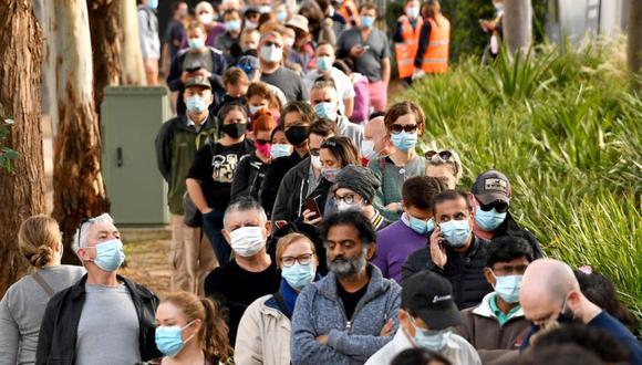 Los habitantes de Sydney hacen cola frente a un centro de vacunación en Sydney, ya que a los residentes se les prohibió en gran medida salir de la ciudad para detener un brote creciente de la variante Delta Covid-19 altamente contagiosa que se propaga a otras regiones. (Foto: SAEED KHAN / AFP).
