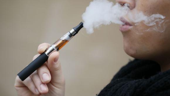 Pese a ello, OMS reconoce que e-cigarette es menos dañino que el cigarro convencional. (AFP)