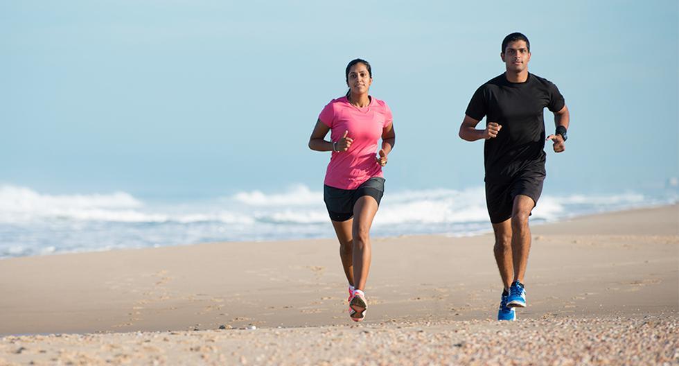 Mantente siempre hidratado al correr en verano y evitar salir en las horas donde el sol 'pega' más fuerte.