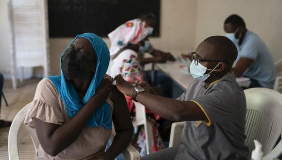 Un trabajador de la salud administra una dosis de la vacuna COVID-19 de Janssen Johnson & Johnson en el estadio Leopold Sedar Senghor en Dakar, Senegal. (Foto: AP / Leo Correa).