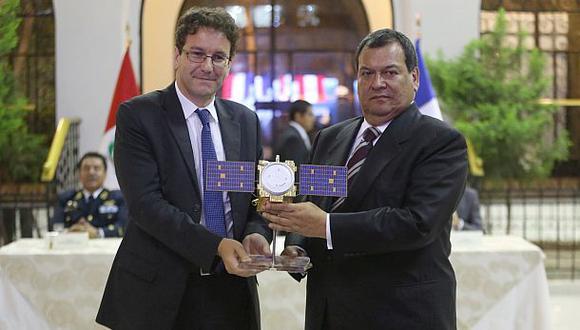 El embajador de Francia en el Perú, Fabrice Mauriès, y el ministro de Defensa, Jorge Nieto, en ceremonia de entrega de control total del satélite Perú SAT-1. (Foto: Mindef)