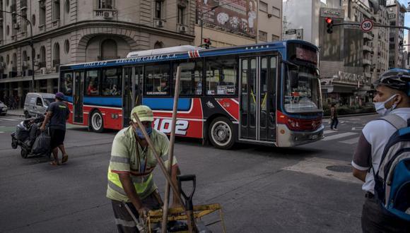 Un autobús público cruza la Avenida Corrientes en Buenos Aires, Argentina. (Foto: Sarah Pabst / Bloomberg).