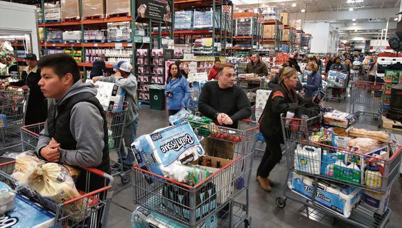 Una tienda de la cadena mayorista Costco en la localidad californiana de Novato al día siguiente de que la OMS declarara el brote como una pandemia. (AFP)