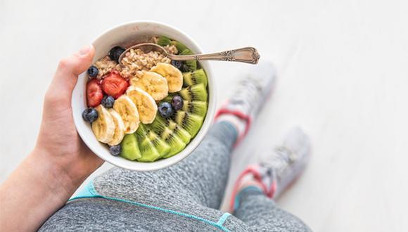 El plátano es un carbohidrato de absorción lenta, rico en potasio y almidón. El secreto es consumirlo muy maduro para obtener mayores beneficios.