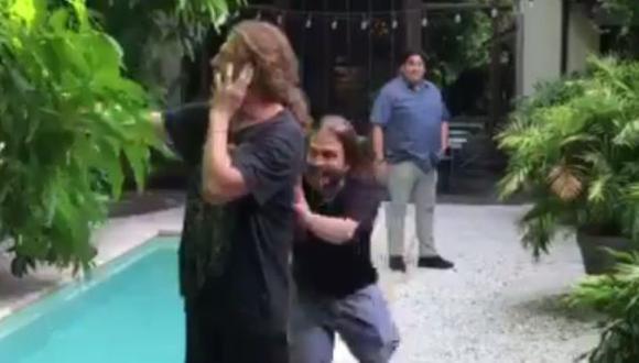 Twitter: mira a Fher de Maná siendo lanzado a una piscina