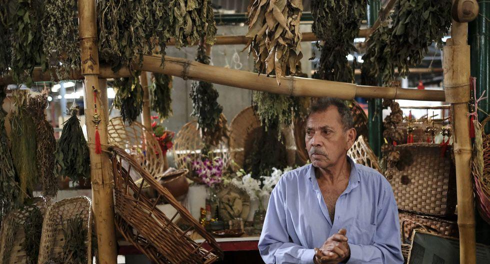 Carlos Montilla, de 73 años, vende plantas medicinales en el Mercado Chacao de Caracas. (Foto: AFP)