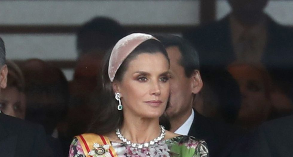 Letizia de España asiste a la ceremonia de entronización del emperador Naruhito, en Japón, el pasado 22 de octubre, con una elegante vincha de terciopelo.