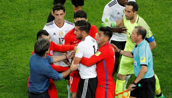 Claudio Bravo intentó quitarle el balón a Emre Can de mala manera y generó el enfado de Joachim Löw. (Foto: Reuters)