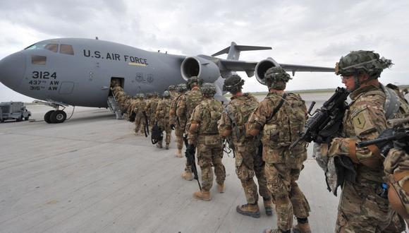 Soldados de la 234ª División de Infantería de Estados Unidos abordan un avión hacia Afganistán el 15 de abril de 2011.  (Foto de VYACHESLAV OSELEDKO / AFP).