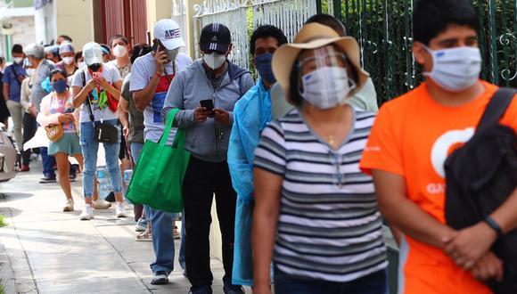 El distrito de Surco, que cuenta con una población de 372 mil habitantes, ha reportado más de 13.600 casos acumulados de COVID-19 en lo que va de la pandemia. En esta imagen: las colas para ingresar a Makro tras anuncio de nueva cuarentena. (Foto: HugoCurotto / @photo.gec)