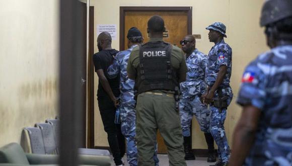 En esta fotografía de archivo del 25 de enero de 2021, Arnel Joseph es devuelto a la Penitenciaría Nacional luego de ser llevado ante un juez esposado en Puerto Príncipe, Haití. (Foto: AP / Dieu Nalio Chery, archivo)