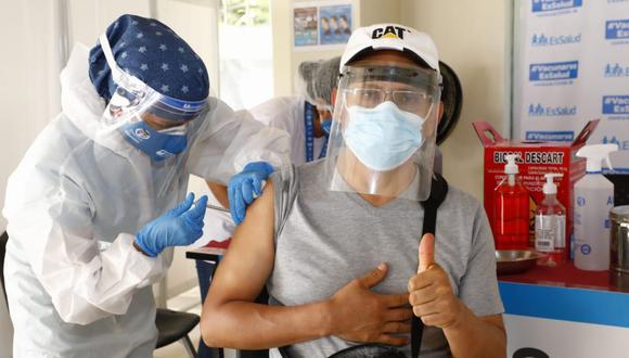 Ayer se inició la vacunación de agremiados al Colegio de Odontólogos. Se trata de uno de los 11 colegios profesionales que han empezado a vacunar tras acuerdos con Minsa. (Eduardo Cavero / @photo.gec)