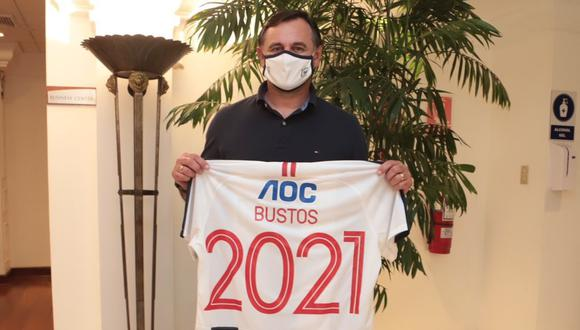 Arribó el DT de Alianza Lima: Carlos Bustos llegó al Perú y posó con camiseta del club íntimo | FOTO