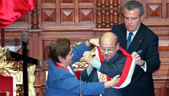 El 22 de noviembre del 2000, Valentín Paniagua recibió la banda presidencial de manos de Luz Salgado, vicepresidenta de la mesa directiva saliente. (Foto: Inés Menacho / Archivo El Comercio)