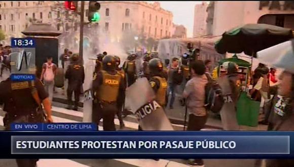 A esta concentración también llegaron estudiantes universitarios para apoyar la protesta de los escolares. (Foto: Captura Canal N)