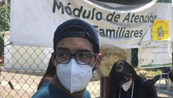 Kevin Mendoza, de 24 años, estuvo buscando a su padre en varios hospitales este martes. Horas después, su nombre apareció en la lista de fallecidos. (MARCOS GONZÁLEZ).