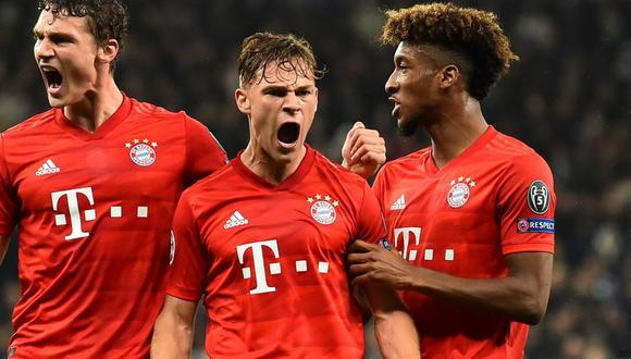 Bayern Munich's German midfielder Joshua Kimmich (C) celebrates with Bayern Munich's French defender Benjamin Pavard (L) and Bayern Munich's French forward Kingsley Coman (R) after scoring their first goal during the UEFA Champions League Group B football match between Tottenham Hotspur and Bayern Munich at the Tottenham Hotspur Stadium in north London, on October 1, 2019. / AFP / IKIMAGES / Glyn KIRK