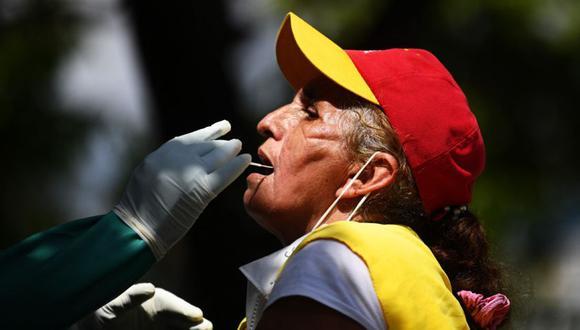 Las autoridades de Salud continúan promoviendo el uso de la mascarilla, aunque no es obligación portarla, para evitar el incremento de contagios que por consecuencia genera más muertes. (Foto: Archivo/ MARVIN RECINOS / AFP).