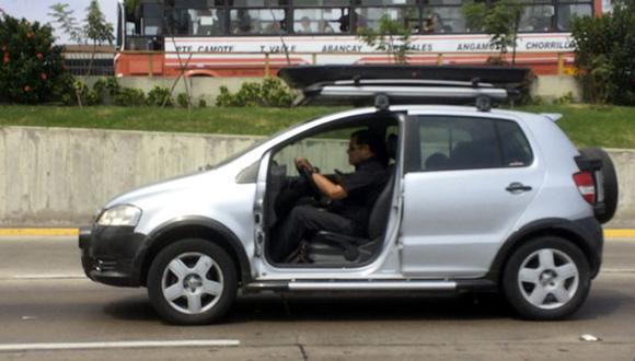Este auto circula sin puerta por las calles de Lima