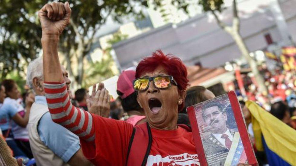 Los partidarios del gobierno de Nicolás Maduro acudieron el miércoles al palacio presidencial de Miraflores para respaldarle. (Getty Images vía BBC)