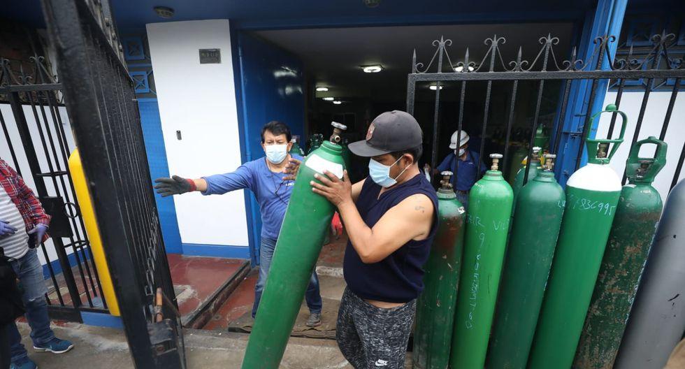 """El comerciante vende a diario 70 balones de oxígeno al mismo precio. Se mostró confiado en que le """"alcanzará para llegar a todos los que acudan a su taller"""". (Fotos: Britanie Arroyo/ GEC))"""