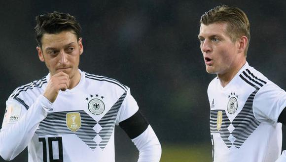 Toni Kroos (derecha) confiesa cómo se sintió cuando lo criticaron por los comentarios hacia Mesut Özil. (Foto: EFE)