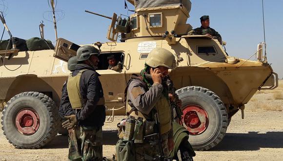 En esta foto de archivo tomada el 5 de mayo de 2021, las fuerzas de seguridad de Afganistán se encuentran cerca de un vehículo blindado durante los combates en curso entre las fuerzas de seguridad afganas y los talibanes. (Foto referencial, SIFATULLAH ZAHIDI / AFP).