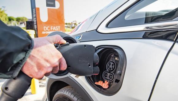 Los autos eléctricos se presentan como un atractivo medio de transporte que no daña al medio ambiente. (Foto: Wikimedia Commons)