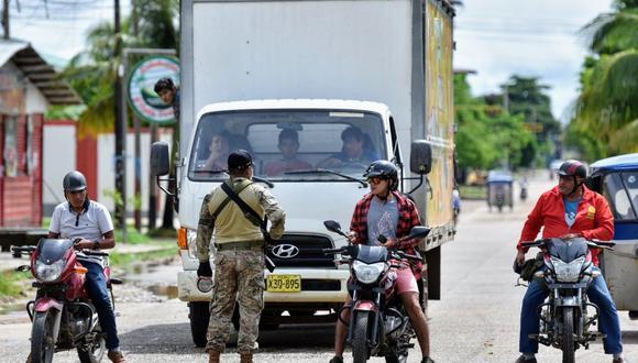 El puente Continental está bloqueado por un vehículo del Ejército y custodiado por personal militar y policial. (Foto: Manuel Calloquispe)