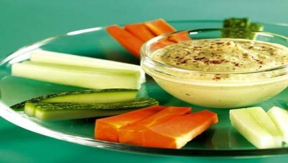 Hummus con ajos asados y crudités