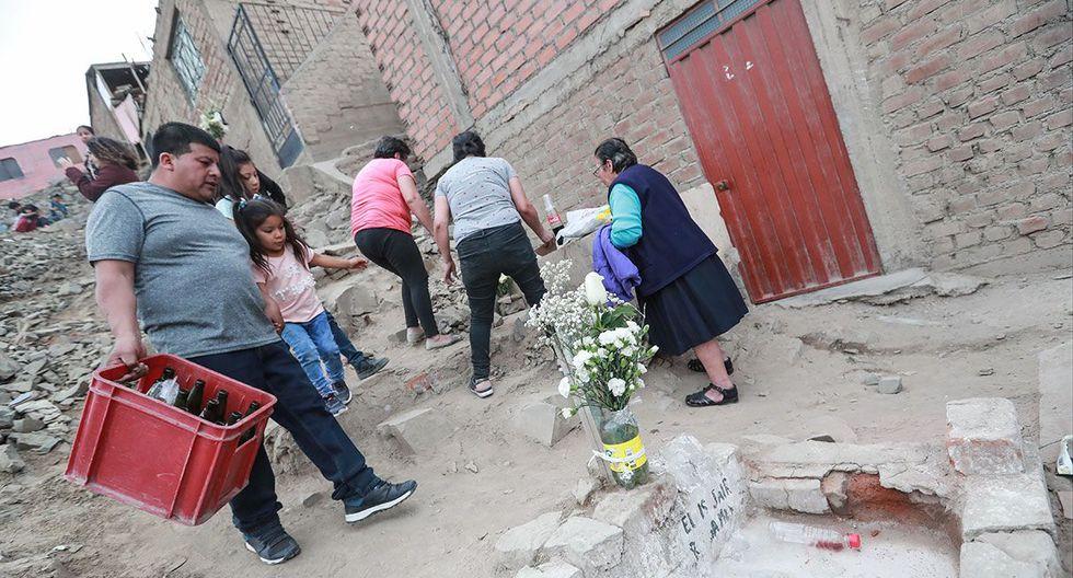La tumba de Zenobio Zea, fallecido en 1979, se encuentra en la entrada del cementerio Santa Rosa y al costado de una vivienda del cerro La Regla del Callao. Vivos y muertos conviven con cercanía.  (Lino Chipana/ El Comercio)