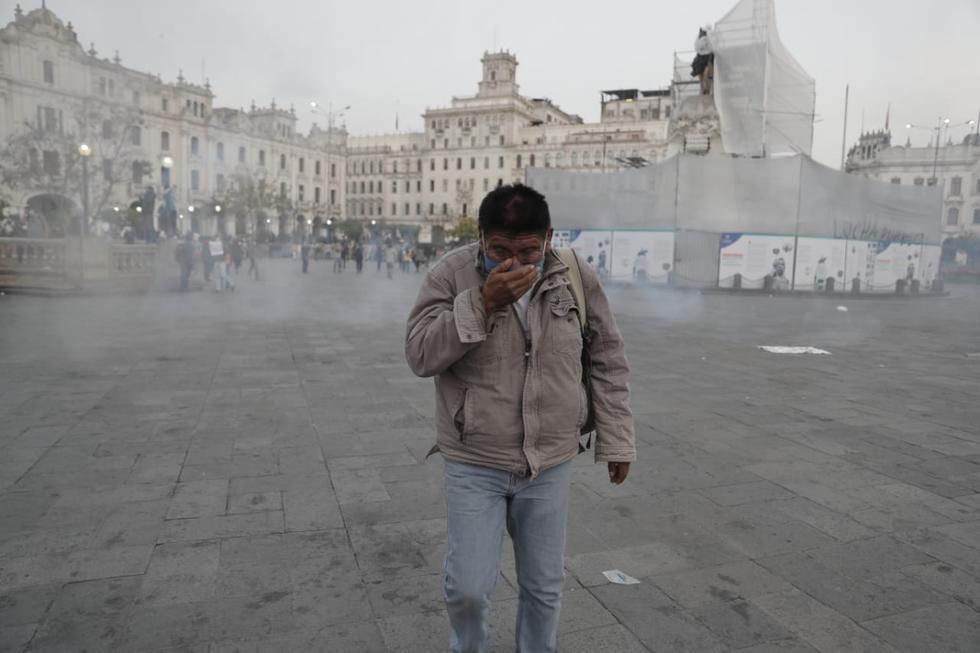 Una de las personas afectadas por los gases lacrimógenos. La sensación de ahogo y, al mismo tiempo, los ojos llorosos y la sensación de ardor son indescriptibles. (Foto: Renzo Salazar / @photo.gec)