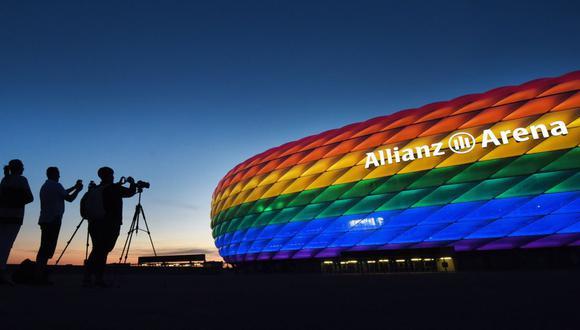 La fachada del emblemático estadio 'Allianz Arena' se ilumina con los colores del arcoíris del movimiento LGBT (Lebian, Gay, Bisexual and Transgender) en Múnich, Alemania, el 9 de julio de 2016 (reeditado el 2 de junio de 2021). (EFE/EPA/TOBIAS HASE).