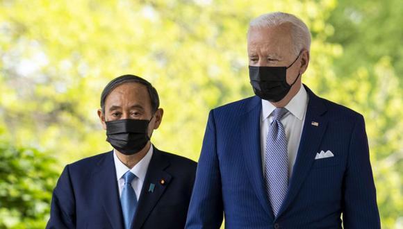 El presidente estadounidense Joe Biden (derecha) y el Primer Ministro de Japón Suga Yoshihide (izquierda) llegan para una conferencia de prensa conjunta en la Casa Blanca, en Washington, DC, EE.UU. (Foto: EFE / EPA / Doug Mills / POOL).