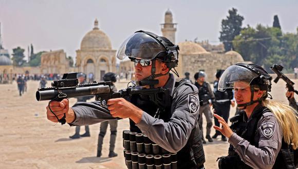 La policía israelí y los musulmanes palestinos se enfrentan en el recinto de la mezquita de Al-Aqsa de Jerusalén, el tercer lugar más sagrado del Islam, el 21 de mayo de 2021. (Foto: Ahmad Gharabli/ AFP)