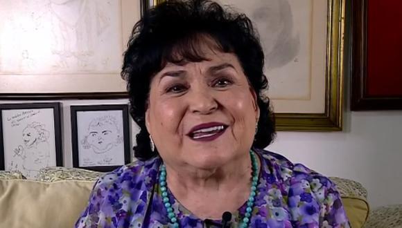 La actriz mexicana Carmen Salinas visitó la tumba de Edith González para barrerla, acción que provocó gran polémica en las redes sociales. (Foto: Captura de pantalla)